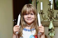 Piccola bella ragazza intelligente in maglietta bianca fotografia stock libera da diritti