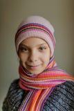 Piccola bella ragazza sorridente in cappuccio e sciarpa Immagine Stock Libera da Diritti