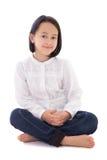 Piccola bella seduta della ragazza isolata su bianco immagini stock