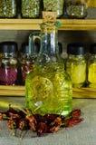 Piccola bottiglia con l'olio di girasole Immagine Stock