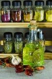 Piccola bottiglia con l'olio di girasole e peperoncino rosso ed aglio del pepe Fotografia Stock Libera da Diritti