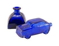 Piccola bottiglia dell'alcool della retro automobile blu di vetro isolata Fotografia Stock Libera da Diritti