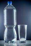 Piccola bottiglia di acqua Immagini Stock Libere da Diritti