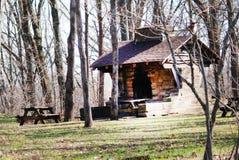 Piccola cabina di ceppo interessante in mezzo al legno Fotografie Stock Libere da Diritti
