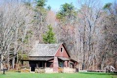Piccola cabina di legno affascinante in mezzo al legno Fotografie Stock Libere da Diritti