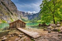 Piccola cabina di legno nel lago Obersee in alpi tedesche, Europa Immagini Stock