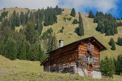 Piccola cabina di legno nelle alpi svizzere Fotografia Stock Libera da Diritti