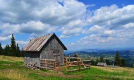 Piccola cabina sopra la collina Immagine Stock