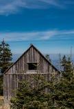 Piccola cabina stagionata alta sulla cima della montagna Fotografia Stock