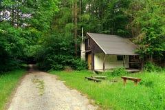 Piccola cabina in una foresta Fotografia Stock Libera da Diritti