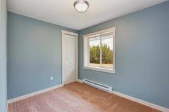 Piccola camera da letto blu-chiaro in casa vuota Fotografia Stock