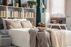 Piccola camera da letto con la decorazione del progettista fotografie stock