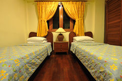 Piccola camera di albergo accogliente Immagine Stock Libera da Diritti