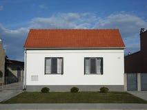 Piccola Camera suburbana con piccola zona dell'erba fotografia stock libera da diritti