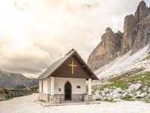 Piccola cappella della montagna, degli Alpini di Cappella, a Tre Cime di Lavaredo, dolomia, Italia immagine stock libera da diritti