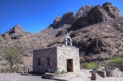 Piccola cappella, montagne messicane, Baja. Fotografia Stock