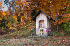 Piccola cappella nel paesaggio di autunno della montagna Fotografie Stock