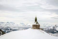 Piccola cappella sulla montagna Wallberg coperto di neve, alpi bavaresi, Baviera, Germania fotografie stock