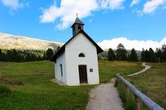 Piccola cappella in un villaggio delle dolomia fotografie stock libere da diritti