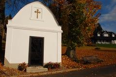 Piccola cappella vicino al villaggio Fotografia Stock