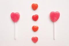 Piccola caramella rossa del biglietto di S. Valentino del ` s di giorno del cuore della lecca-lecca rosa di forma nel modello sve Fotografia Stock Libera da Diritti