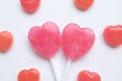 Piccola caramella rossa del biglietto di S. Valentino del ` s di giorno del cuore della lecca-lecca rosa di forma nel modello sve Fotografie Stock Libere da Diritti