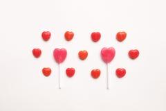 Piccola caramella rossa del biglietto di S. Valentino del ` s di giorno del cuore della lecca-lecca rosa di forma nel modello sve Fotografia Stock