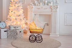 Piccola carrozzina per le bambole in retro studio Fotografie Stock