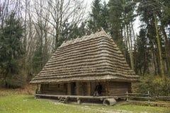 Piccola casa ad un piano nel legno Fotografia Stock
