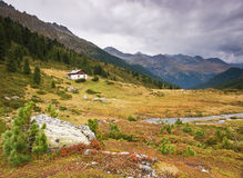 Piccola casa in alpi Fotografia Stock Libera da Diritti