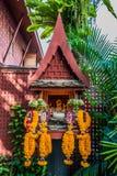 Piccola casa Bangkok Tailandia di Jim Thompson di offerti del fiore dell'altare Fotografia Stock Libera da Diritti