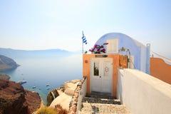 Piccola casa con le viste del mare e della caldera Fotografie Stock