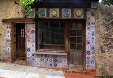 Piccola casa d'annata con la decorazione delle mattonelle della maiolica fotografia stock libera da diritti