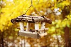 Piccola casa degli uccelli nell'umore di caduta Immagini Stock