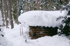 Piccola casa del cacciatore in Siberia Immagini Stock