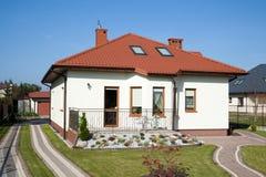 Piccola casa della famiglia nel colore bianco Fotografie Stock