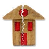 Piccola casa di legno con una crepa profonda immagine stock libera da diritti