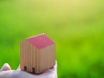 Piccola casa di legno a disposizione davanti al giacimento del riso Fotografie Stock Libere da Diritti