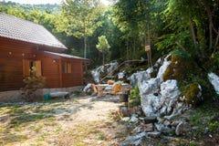 Piccola casa di legno in foresta sull'alta montagna Fotografie Stock Libere da Diritti