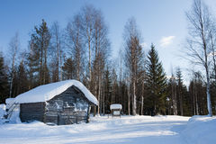 Piccola casa di legno in inverno. Immagine Stock