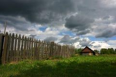 Piccola casa ed il cielo della tempesta fotografia stock libera da diritti