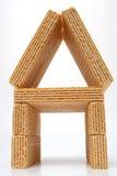 Piccola casa fatta delle cialde con una crema della vaniglia Fotografie Stock