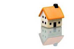 Piccola casa su priorità bassa bianca Fotografia Stock Libera da Diritti