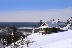 Piccola casa sulla collina in inverno fotografia stock libera da diritti