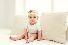 Piccola casa sveglia di fare da baby-sitter nella stanza bianca fotografie stock