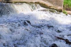 Piccola cascata ad estate Fondo, natura Immagine Stock