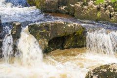 Piccola cascata con acqua bianca Fotografia Stock Libera da Diritti