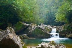 Piccola cascata del fiume della montagna Fotografie Stock