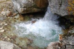 Piccola cascata libera di autunno fotografie stock libere da diritti