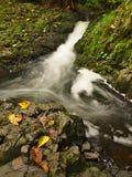 Piccola cascata in pieno di acqua dopo pioggia.   Fotografie Stock Libere da Diritti